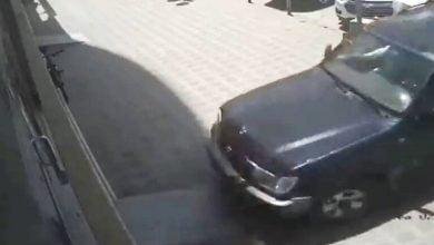 امرأة تدمر محلا بسيارتها خلال تدريبها على القيادة.. فيديو