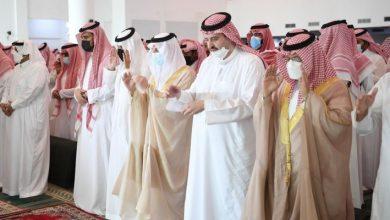 أمير المنطقة الشرقية يؤدي الصلاة على والدة الأمير عبد العزيز بن عبدالرحمن